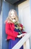 Η γυναίκα με αυξήθηκε δίπλα στην πόρτα λεκέδων Στοκ φωτογραφίες με δικαίωμα ελεύθερης χρήσης