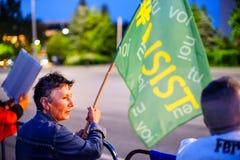 Η γυναίκα με ` επιμένει σημαία `, Βουκουρέστι, Ρουμανία Στοκ Φωτογραφίες