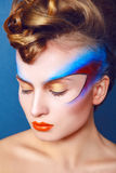 Η γυναίκα με δημιουργικό αποτελεί και hairstyle στο μπλε υπόβαθρο Στοκ εικόνες με δικαίωμα ελεύθερης χρήσης