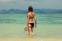 Η γυναίκα με κολυμπά με αναπνευτήρα στην παραλία Στοκ Φωτογραφία