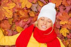Η γυναίκα με κλειστή τη μάτια τοποθέτησή της βγάζει φύλλα μέσα Στοκ Εικόνα