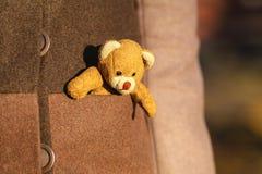 Η γυναίκα με λίγο teddy αντέχει το παιχνίδι σε υπαίθριο Στοκ Φωτογραφίες