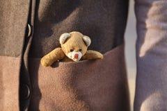 Η γυναίκα με λίγο teddy αντέχει το παιχνίδι σε υπαίθριο Στοκ φωτογραφία με δικαίωμα ελεύθερης χρήσης