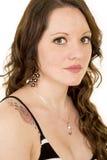 Η γυναίκα με μακρυμάλλη και αυξήθηκε δερματοστιξία στο στενό κοίταγμα ώμων Στοκ εικόνα με δικαίωμα ελεύθερης χρήσης