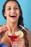 Η γυναίκα με μικτός πίνει το κοκτέιλ στοκ φωτογραφία με δικαίωμα ελεύθερης χρήσης