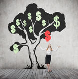 Η γυναίκα με παραδίδει το δέντρο αέρα και δολαρίων με το μειωμένο σημάδι Στοκ εικόνες με δικαίωμα ελεύθερης χρήσης