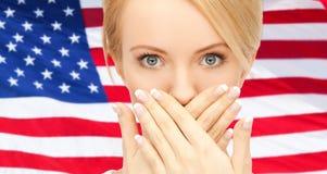 Η γυναίκα με παραδίδει το στόμα στοκ φωτογραφίες