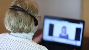 Η γυναίκα με τα ακουστικά και το σημειωματάριο μιλά με τον πελάτη απόθεμα βίντεο