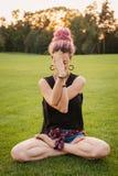 Η γυναίκα με τα dreadlocks που κάνουν τη γιόγκα ασκεί υπαίθρια Στοκ Εικόνες