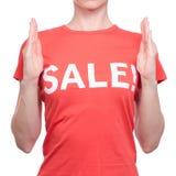 Η γυναίκα με την μπλούζα με ένα κατάστημα πώλησης επιγραφής αγοράζει την έκπτωση στοκ φωτογραφίες