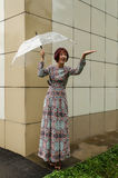 Η γυναίκα με την ομπρέλα φαίνεται μια απόλαυση Στοκ Εικόνα