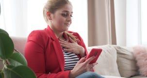 Η γυναίκα με την προσοχή του περιεχομένου μέσων στο κινητό τηλέφωνο απόθεμα βίντεο