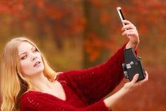 Η γυναίκα με τη κάμερα και το smartphone παίρνουν selfie τη φωτογραφία Στοκ Εικόνες