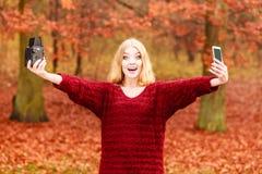 Η γυναίκα με τη κάμερα και το smartphone παίρνουν selfie τη φωτογραφία Στοκ εικόνες με δικαίωμα ελεύθερης χρήσης