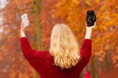 Η γυναίκα με τη κάμερα και το smartphone παίρνουν selfie τη φωτογραφία Στοκ φωτογραφία με δικαίωμα ελεύθερης χρήσης