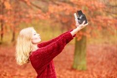Η γυναίκα με τη κάμερα και το smartphone παίρνουν selfie τη φωτογραφία Στοκ φωτογραφίες με δικαίωμα ελεύθερης χρήσης