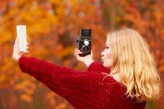 Η γυναίκα με τη κάμερα και το smartphone παίρνουν selfie τη φωτογραφία Στοκ Φωτογραφίες