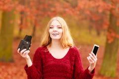 Η γυναίκα με τη κάμερα και το smartphone παίρνουν selfie τη φωτογραφία Στοκ Φωτογραφία
