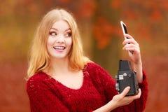 Η γυναίκα με τη κάμερα και το smartphone παίρνουν selfie τη φωτογραφία Στοκ εικόνα με δικαίωμα ελεύθερης χρήσης