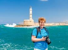 Η γυναίκα με τη κάμερα στην προκυμαία Chania στοκ εικόνες