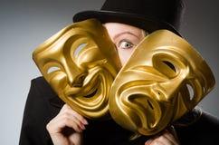 Η γυναίκα με τη μάσκα στην αστεία έννοια στοκ εικόνες