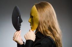 Η γυναίκα με τη μάσκα στην αστεία έννοια στοκ εικόνες με δικαίωμα ελεύθερης χρήσης