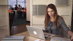 Η γυναίκα με τη μακριά κόκκινη τρίχα έχει την τηλεοπτική κλήση με τον πελάτη απόθεμα βίντεο