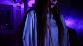 Η γυναίκα με τη νεκρή νύφη αποζημιώνει αποκριές στο άσπρο φόρεμα νυφών στο σκοτάδι στο εγκαταλειμμένο σπίτι απόθεμα βίντεο