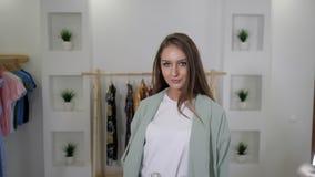 Η γυναίκα με τη χαλαρή δίκαιη τρίχα παρουσιάζει μοντέρνη μέντα pantsuit απόθεμα βίντεο