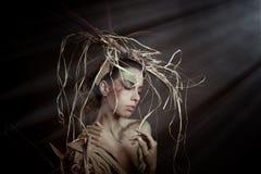 Η γυναίκα με τις άγρια περιοχές φαίνεται θέτοντας με το ζωηρόχρωμο makeup στο atmo φαντασίας Στοκ φωτογραφίες με δικαίωμα ελεύθερης χρήσης