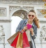 Η γυναίκα με τις αγορές τοποθετεί σε σάκκο κοντά Arc de Triomphe στο Παρίσι, Γαλλία Στοκ εικόνα με δικαίωμα ελεύθερης χρήσης