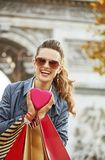 Η γυναίκα με τις αγορές τοποθετεί σε σάκκο κοντά Arc de Triomphe στο Παρίσι, Γαλλία Στοκ Εικόνα