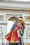 Η γυναίκα με τις αγορές τοποθετεί σε σάκκο κοντά Arc de Triomphe στο Παρίσι, Γαλλία Στοκ φωτογραφία με δικαίωμα ελεύθερης χρήσης