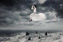 Η γυναίκα με τις διόπτρες κάθεται στο σύννεφο Στοκ φωτογραφίες με δικαίωμα ελεύθερης χρήσης