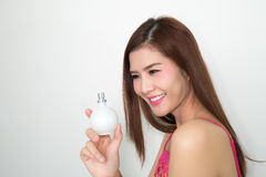 Η γυναίκα με το άρωμα, νέο όμορφο μπουκάλι εκμετάλλευσης κοριτσιών του π Στοκ φωτογραφία με δικαίωμα ελεύθερης χρήσης