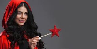 Η γυναίκα με το αστέρι διαμόρφωσε τη μαγική ράβδο Στοκ εικόνα με δικαίωμα ελεύθερης χρήσης