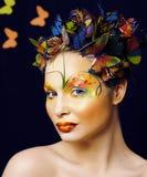 Η γυναίκα με το καλοκαίρι δημιουργικό αποτελεί όπως την κινηματογράφηση σε πρώτο πλάνο πεταλούδων νεράιδων Στοκ εικόνα με δικαίωμα ελεύθερης χρήσης
