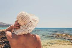 Η γυναίκα με το καπέλο αχύρου προστατεύει από τον ήλιο Στοκ φωτογραφία με δικαίωμα ελεύθερης χρήσης