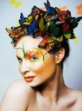 Η γυναίκα με το καλοκαίρι δημιουργικό αποτελεί όπως την κινηματογράφηση σε πρώτο πλάνο πεταλούδων νεράιδων Στοκ Φωτογραφίες