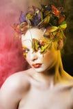 Η γυναίκα με το καλοκαίρι δημιουργικό αποτελεί όπως την κινηματογράφηση σε πρώτο πλάνο πεταλούδων νεράιδων Στοκ φωτογραφίες με δικαίωμα ελεύθερης χρήσης