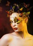 Η γυναίκα με το καλοκαίρι δημιουργικό αποτελεί όπως την κινηματογράφηση σε πρώτο πλάνο πεταλούδων νεράιδων Στοκ φωτογραφία με δικαίωμα ελεύθερης χρήσης