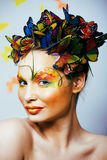 Η γυναίκα με το καλοκαίρι δημιουργικό αποτελεί όπως την κινηματογράφηση σε πρώτο πλάνο πεταλούδων νεράιδων Στοκ Εικόνες