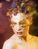 Η γυναίκα με το καλοκαίρι δημιουργικό αποτελεί όπως την κινηματογράφηση σε πρώτο πλάνο πεταλούδων νεράιδων Στοκ εικόνες με δικαίωμα ελεύθερης χρήσης
