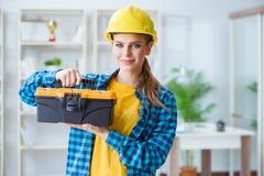 Η γυναίκα με το κουτί εργαλείων στο εργαστήριο Στοκ εικόνες με δικαίωμα ελεύθερης χρήσης