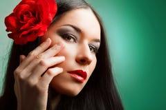 Η γυναίκα με το κόκκινο αυξήθηκε Στοκ Εικόνες