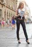 Η γυναίκα με το μήλο iPad τοποθετεί σε μορφή ταμπλέτας τον υπολογιστή στην οδό Στοκ φωτογραφία με δικαίωμα ελεύθερης χρήσης