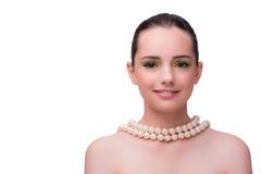 Η γυναίκα με το περιδέραιο μαργαριταριών που απομονώνεται στο λευκό Στοκ Φωτογραφία