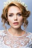 η γυναίκα με το ραβδί Πορτρέτο γοητείας του όμορφου προτύπου γυναικών με το φρέσκο makeup και το ρομαντικό κυματιστό hairstyle Στοκ φωτογραφία με δικαίωμα ελεύθερης χρήσης