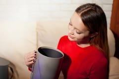 Η γυναίκα με το σωρό παρουσιάζει στο σπίτι Στοκ εικόνες με δικαίωμα ελεύθερης χρήσης