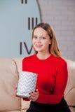 Η γυναίκα με το σωρό παρουσιάζει στο σπίτι Στοκ φωτογραφία με δικαίωμα ελεύθερης χρήσης